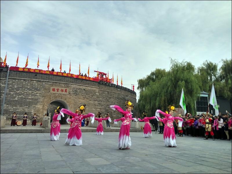 중국 곡부시 공자 기념관 공묘 앞에서 노나라 옷을 입고 춤추는 모습 .