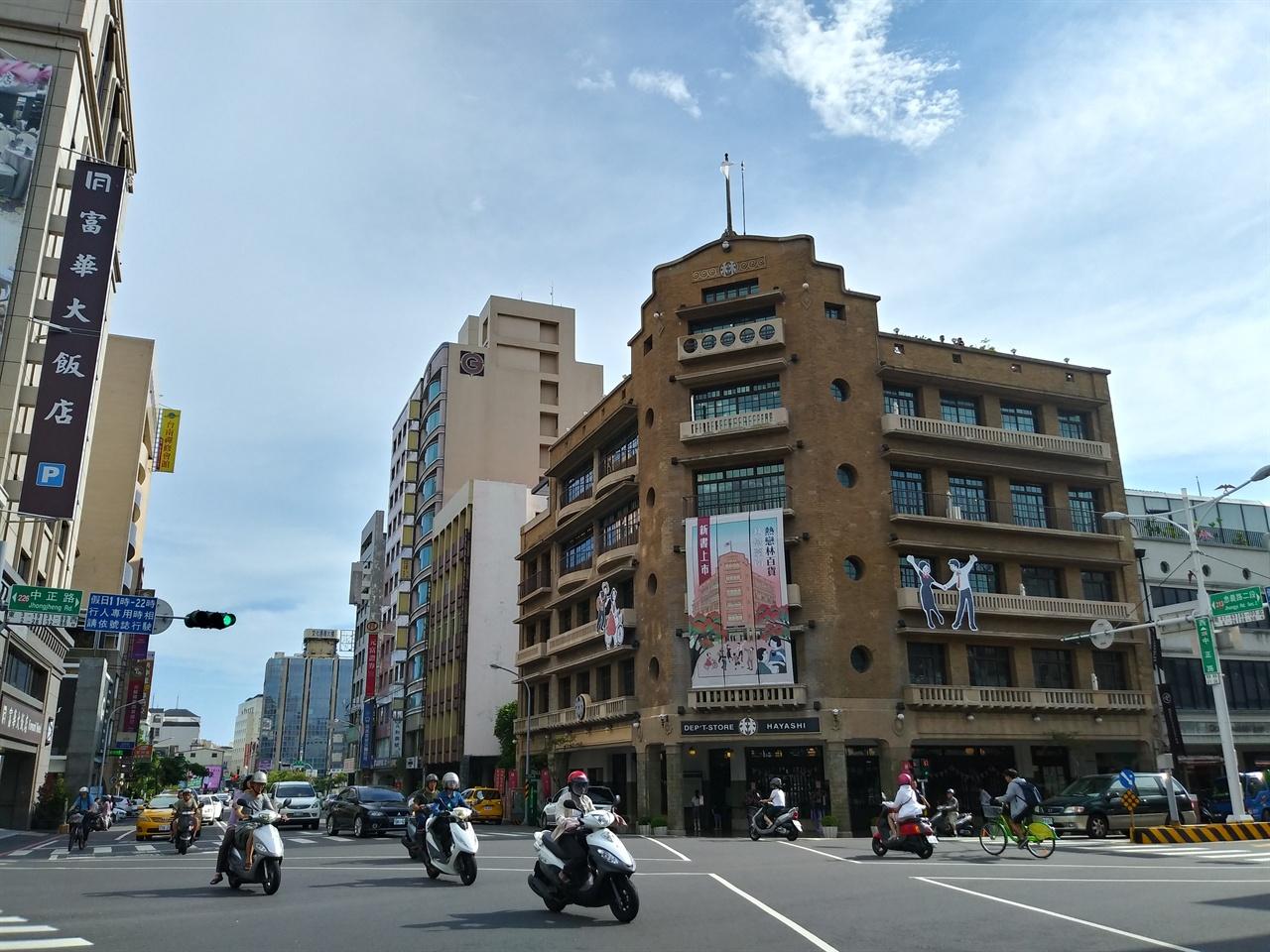 하야시 백화점 전경 타이난 시내 중심에 자리한 백화점으로, 식민지 시절 당시의 이름을 그대로 사용하고 있다.