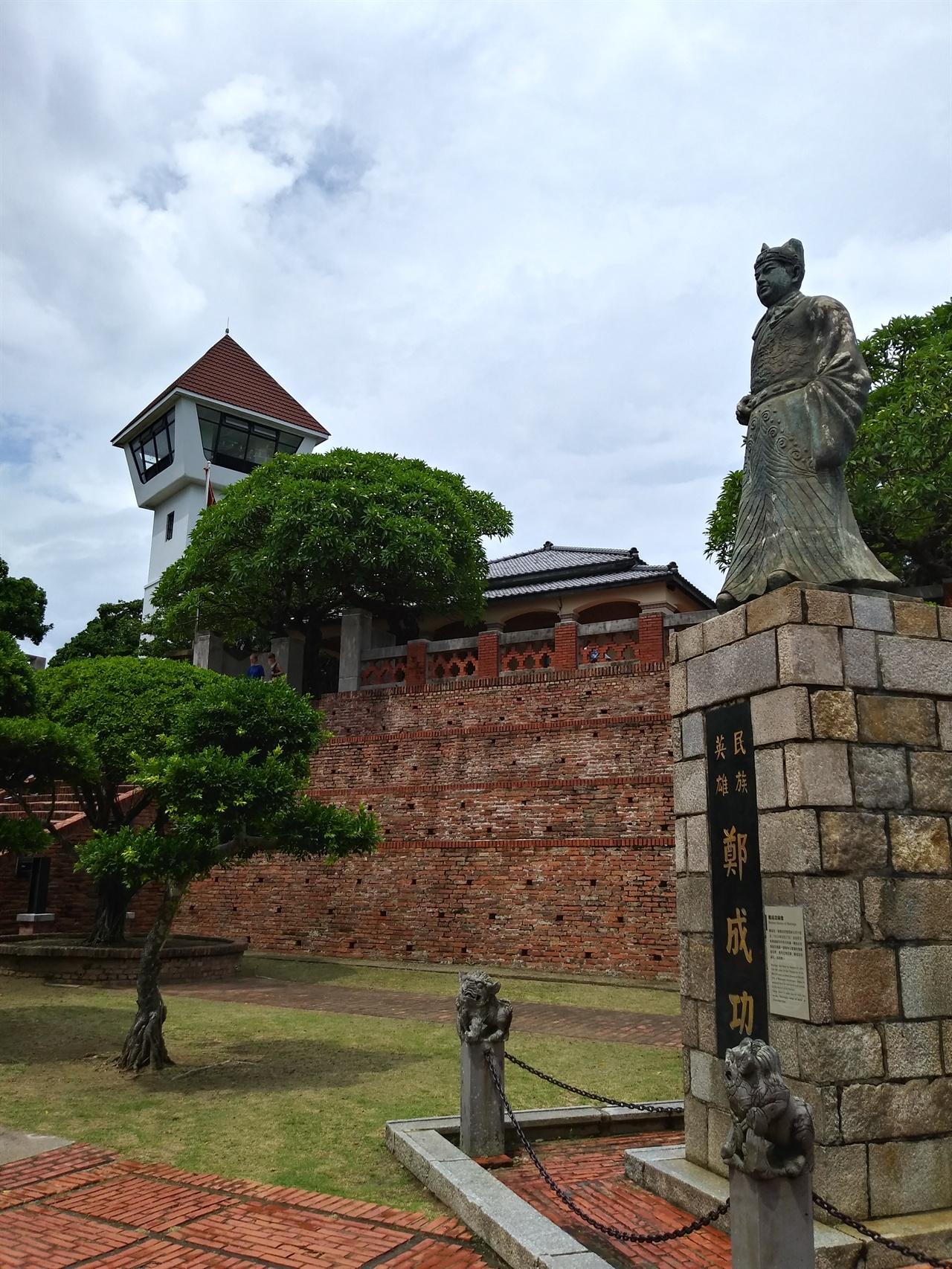 질란디아 요새의 정성공 동상 타이완에서 네덜란드를 축출한 정성공의 공을 기려 그의 동상을 세워놓았는데, 기단에 새겨진 '민족 영웅'이라는 글귀가 낯설다.
