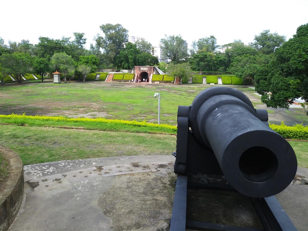 이짜이진청의 영국제 대포 1875년 청나라가 건설한 난공불락의 요새로, 수차례의 전쟁을 거쳤으면서도 훼손된 곳이 거의 없는 '안보 관광지'다.