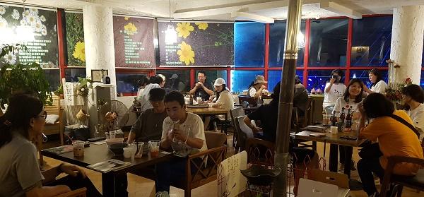 팥빙수 번개팅 3일 저녁 춘천 한 카페에서 팥빙수 번개팅에 모인 소설가 이외수 남예종 학장의 SNS 친구들이다.