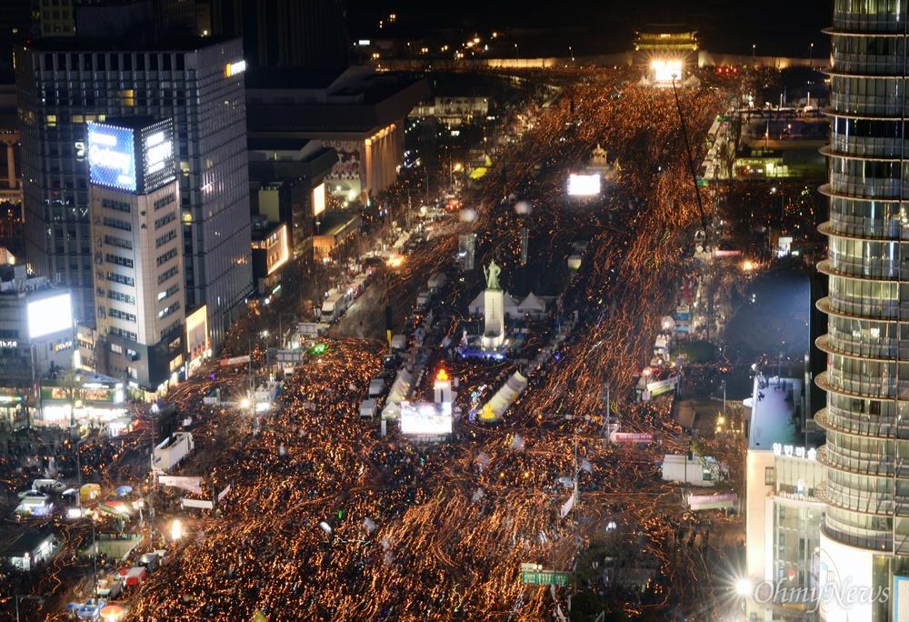 촛불의 분노, '박근혜 즉각 퇴진' 3일 오후 서울 광화문일대에서 열린 '촛불의 선전포고-박근혜 즉각 퇴진의 날 6차 범국민행동'에서 수많은 시민들이 박근혜 퇴진을 촉구하고 있다.