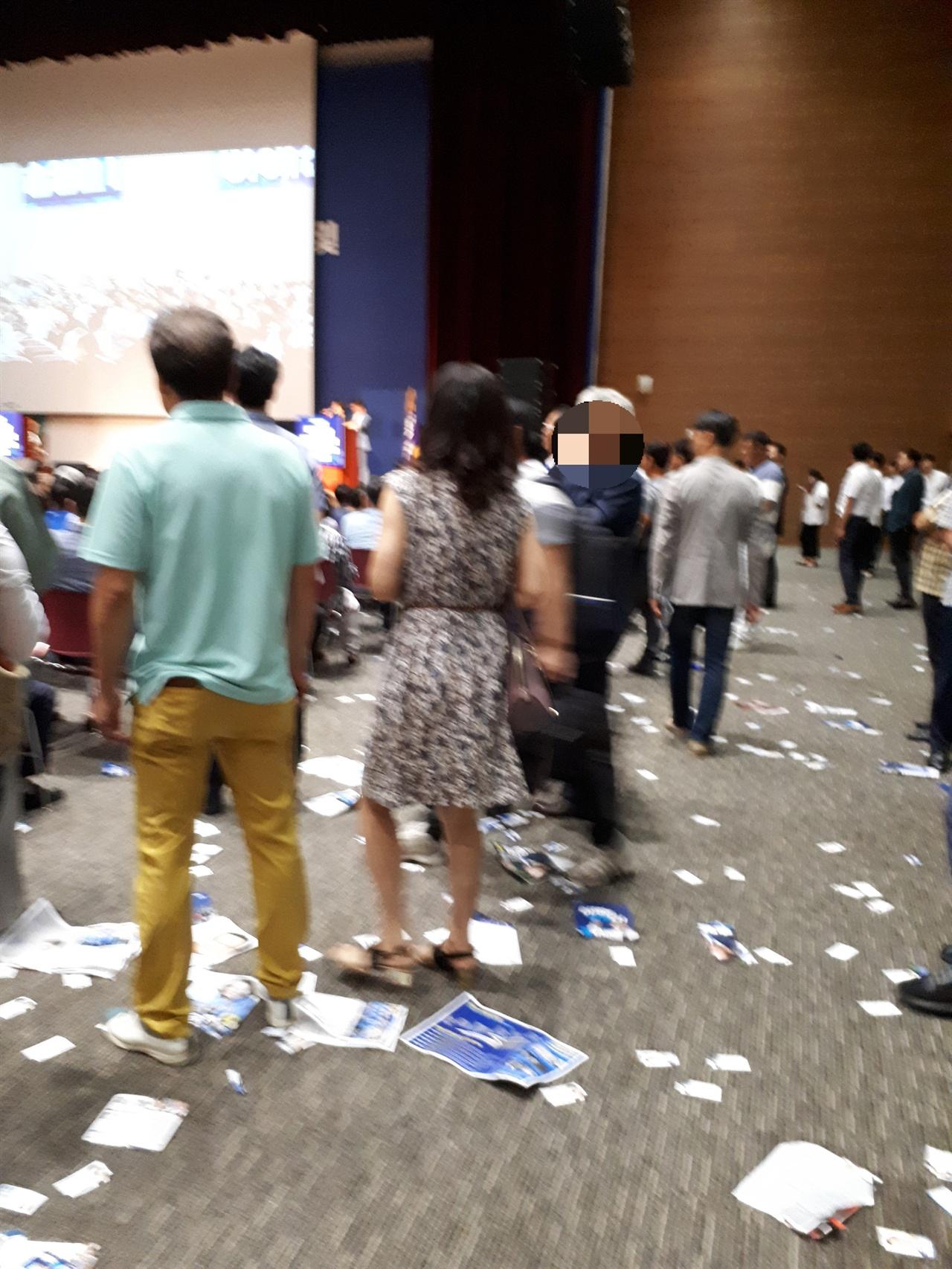 전당대회가 열린 행사장 전당대회가 열린 행사장 바닥에 지지자들이 버린 후보자 홍보물이 곳곳에 놓여 있다.
