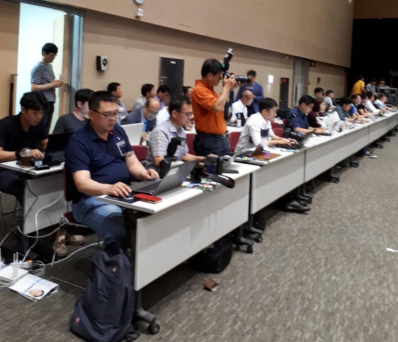 취재진들 4일 열린 민주당 광주 전당대회를 취재하고 있는 언론인들 모습이다.