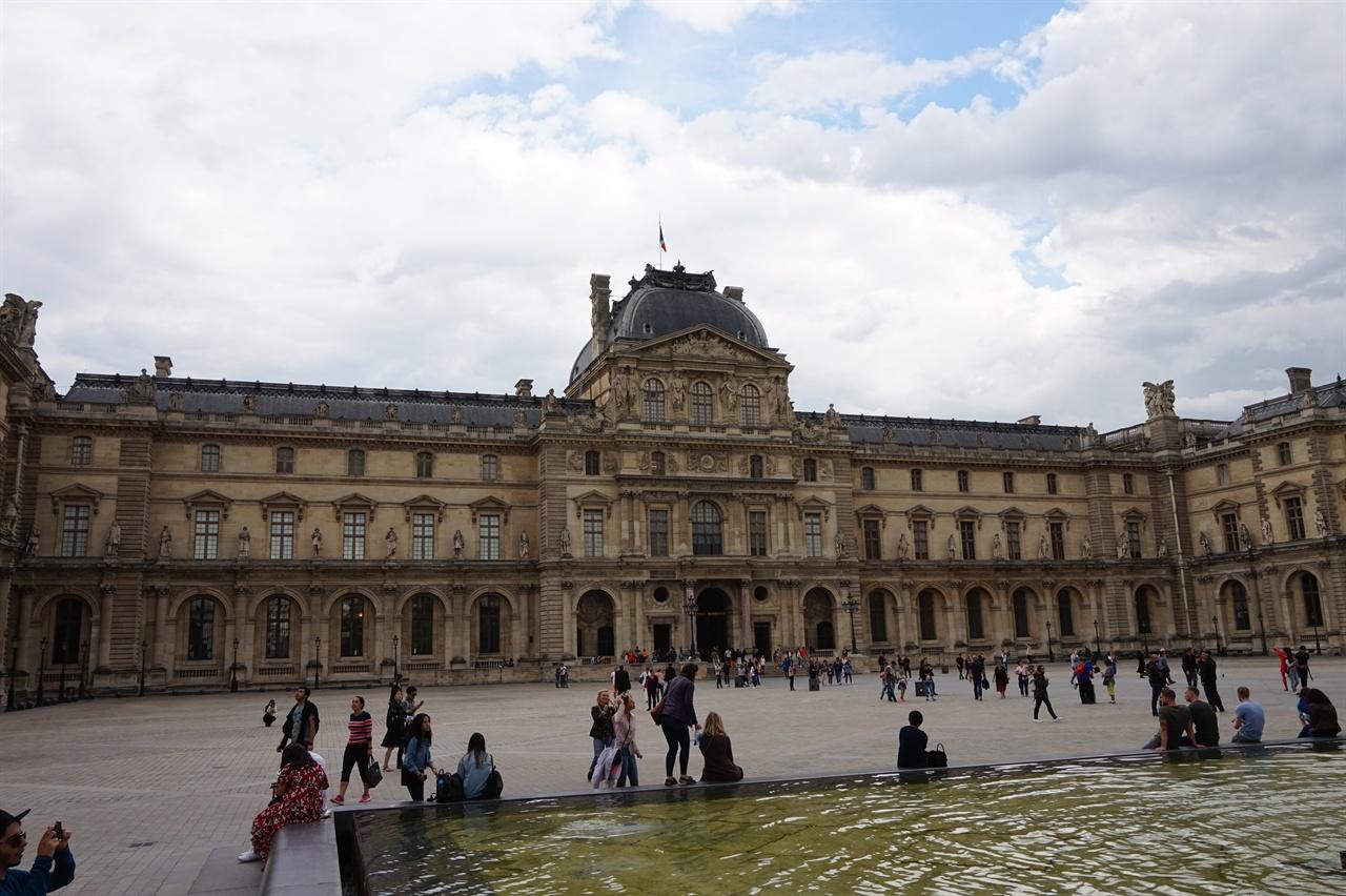 루브르 궁전의 초기 모습 16세기 중반까지 루브르 궁은 현재 루브르박물관 전체 건물의 45분의 1정도 크기였다.