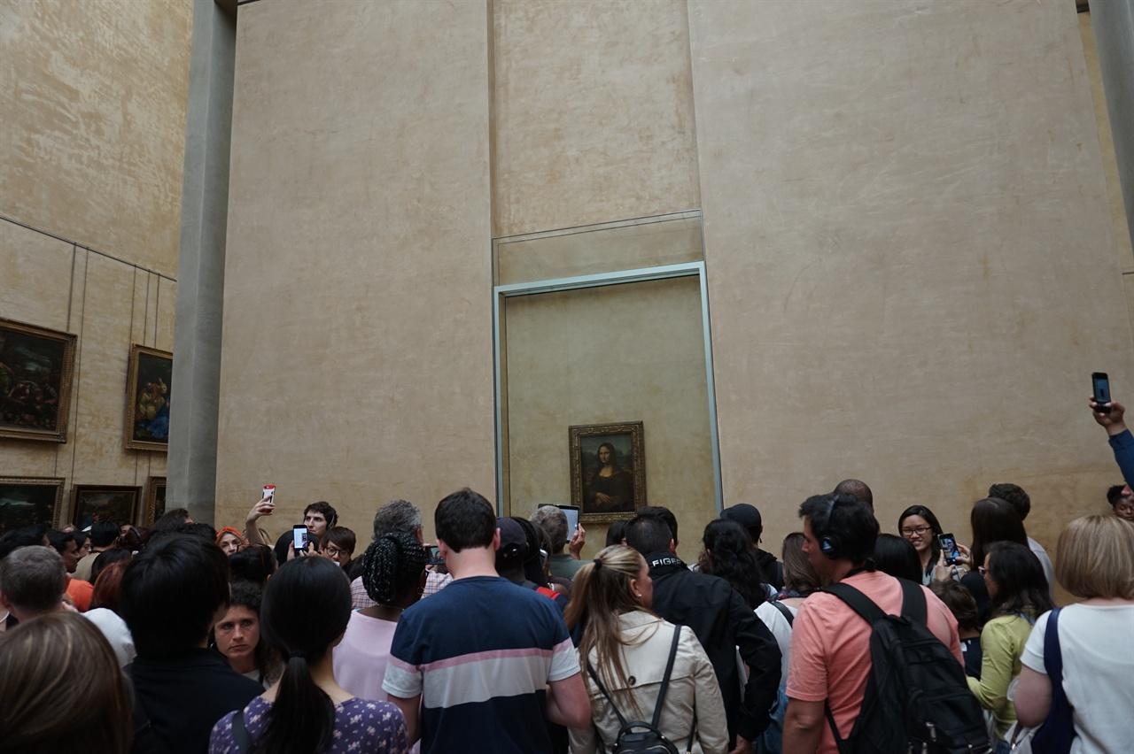 '모나리자' 앞은 언제나 관람객들로 붐빈다.