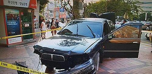 7월 14일 부산 동구의 한 아파트에서 40대 여성이 운전하던 승용차가 20대 경비원을 치는 사고가 발생했다. 경비원은 병원으로 옮겨졌지만 사망했다.