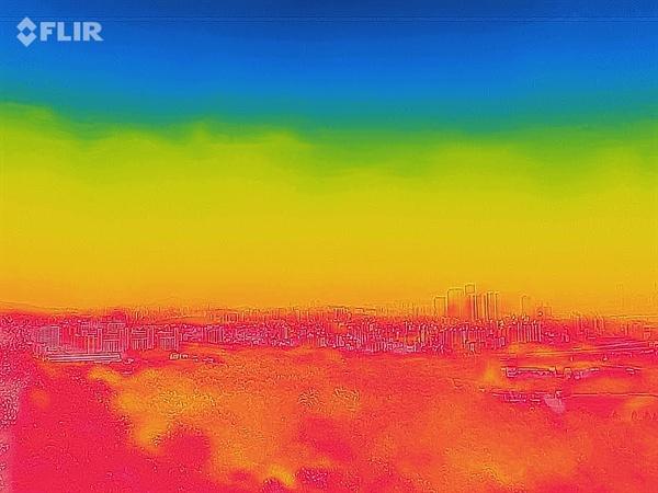 펄펄 끓는 '서프리카' 최악의 폭염이 이어진 3일 서울 하늘공원에서 바라본 시내를 열화상 카메라로 촬영한 모습. 온도가 높을수록 붉은색, 낮을수록 푸른색으로 표시된다.