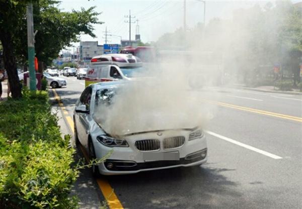 4일 오후 2시 15분께 목포시 옥암동 한 대형마트 인근 도로에서 주행 중인 2014년식 BMW 520d 승용차 엔진룸에 불이 나 연기가 치솟고 있다. 경찰과 소방 당국은 결함 등 화재 원인을 파악하고 있다. 전남 목포소방서 제공