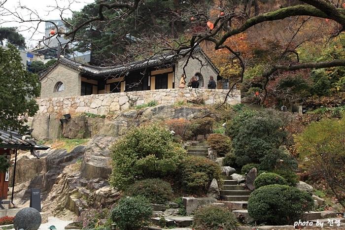 석파정 별당 서예가 소전 손재형이 1958년에 자기 집 뒤뜰 바위 언덕으로 건물을 옮겼다.