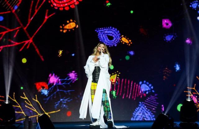 씨엘이 싱가포르 무대에서 노래를 하고 있다.