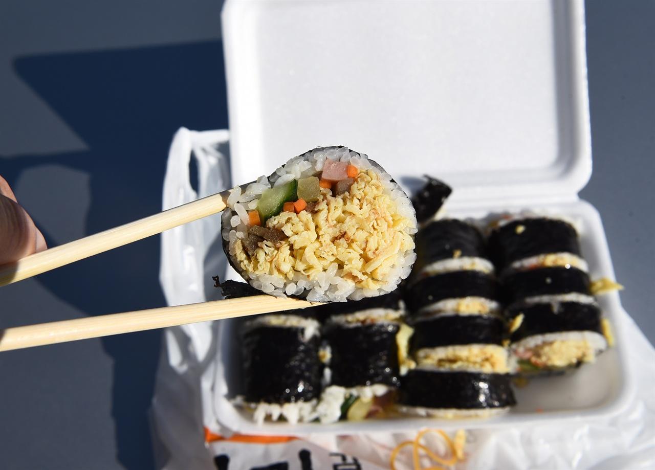 경주의 유명 김밥 게란 지단이 많이 들어가 있어 유명해졌다. 아침 7시 문 열 때부터 사람들이 줄을 선다.