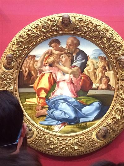 미켈란젤로의 도니 톤도(Doni Tondo)  앞에 있는 여성은 건장한 남성 못지 않은 팔근육을 가지고 있다