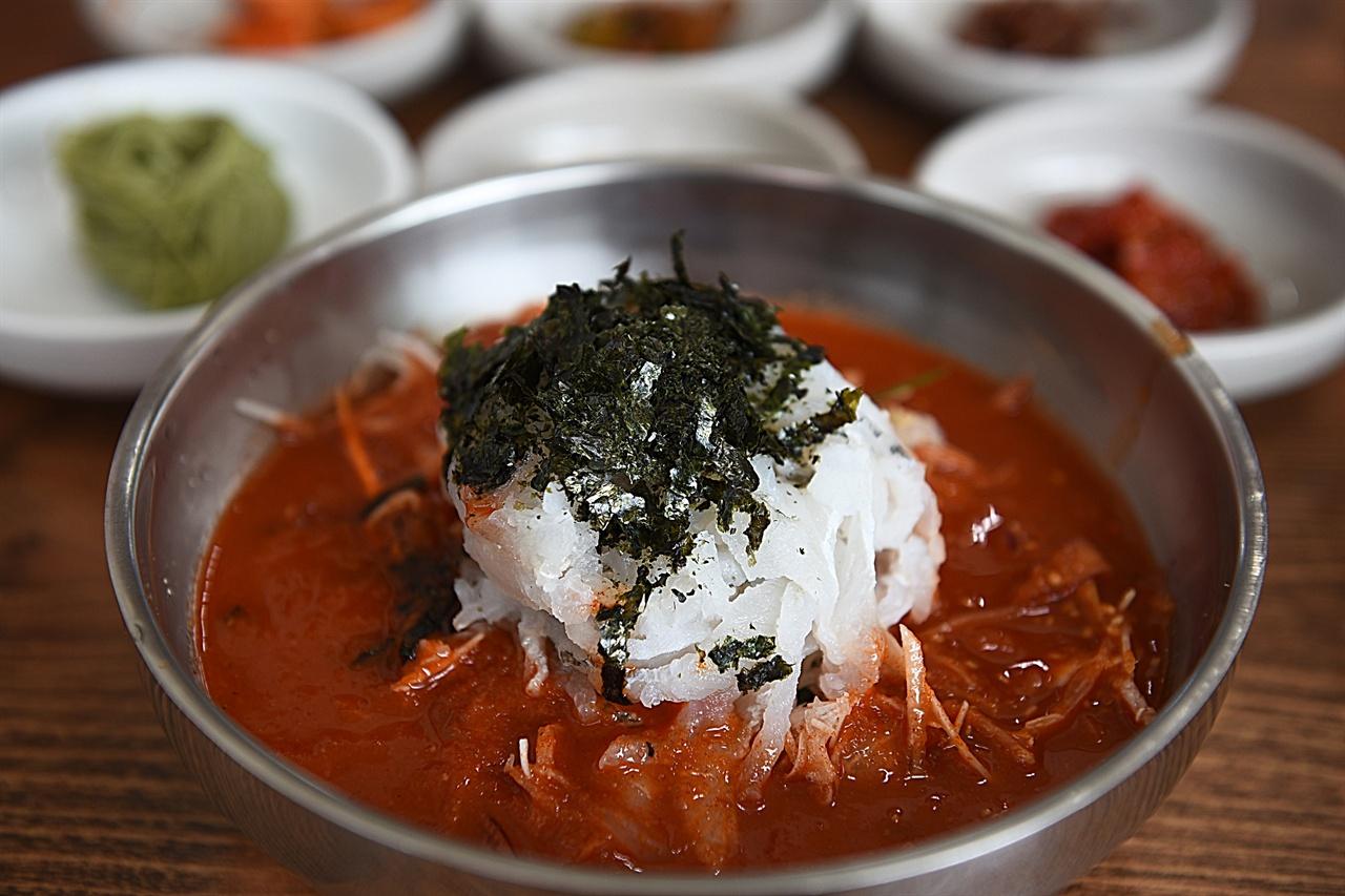 강릉 사천진의 물회 사천진은 물회마을로 유명한데, 소문난 물회 맛집이 아닌 주변의 다른 집들도 맛이 괜찮다.