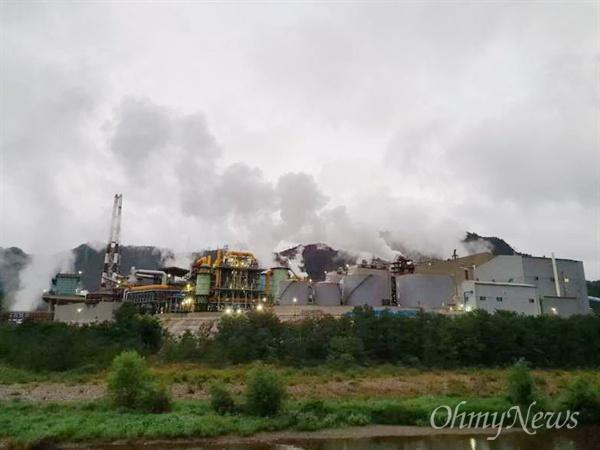 영풍석포제련소 공장 굴뚝에서 연기가 나오고 있는 모습.