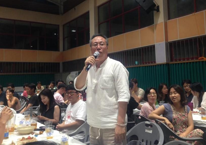 첫날 상영이 끝난 후 정동진독립영화제 개막을 축하하며 격려의 인사를 전하고 있는 오석근 영진위원장