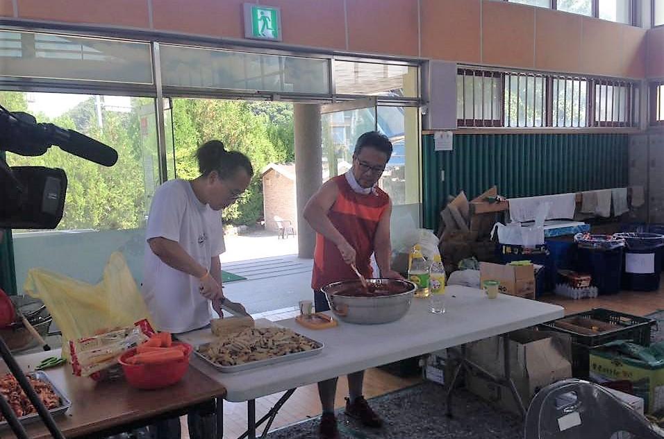 점심식사 '기분 좋은 밥상'을 준비하고 있는 이마리오 감독(왼쪽)과 윤영호 감독
