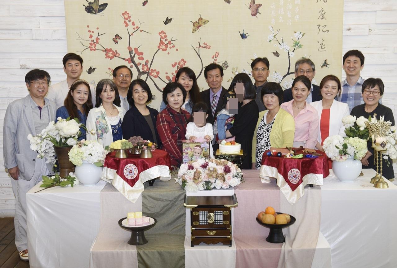 미혼모 돌잔치에 참석한 아픈 아내와 윤용범 서기관. (왼쪽에서 네 번째와 다섯 번째)