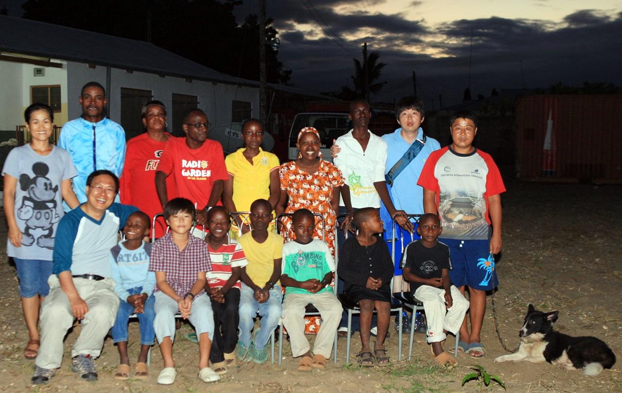 소년원 출신 선교사를 돕기 위해 아프리카 탄자니아를 방문한 윤용범 서기관. (앞줄 왼쪽 맨 앞)