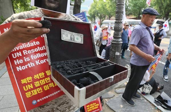 태극기행동국민운동본부(국본) 소속 회원들이 지난 7월 23일 오후 서울 종로구 효자치안센터 앞에서 북한산 석탄의 국내 유입을 규탄하는 집회를 열고 있다. 미국의 소리(VOA) 방송은 북한산 석탄이 작년 두차례 러시아를 거쳐 한국에서 환적됐다고 보도했다.