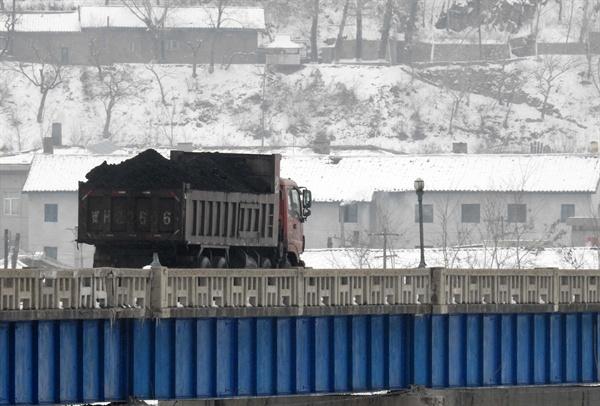 2016년 3월 중국과 북한이 인접한 두만강에서 북한 남양시와 중국 투먼 통상구를 오가는 석탄이 실린 화물차 모습.