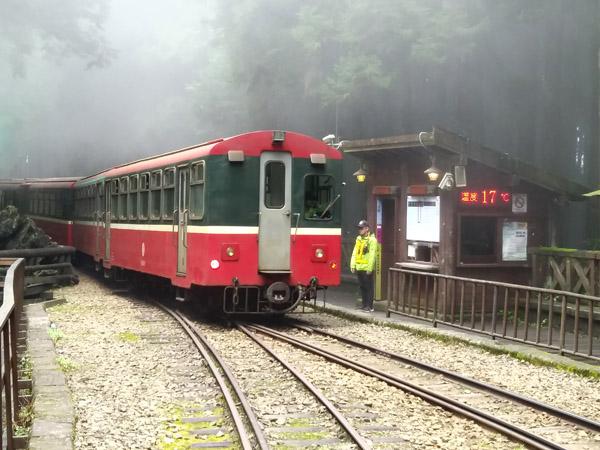션무 역의 산악열차 아리산을 찾은 여행자라면 반드시 들르는 기차역으로, 플랫폼만 있는 '공터'이지만 고즈넉하고 예스러운 풍광을 자랑한다. 철길 옆 날씨 안내판에 온도가 표시돼 있다.