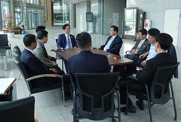 통일부  지난 6월 8일 남북공동연락사무소 추진단과 북측 인사들이 개성공단 내 종합지원센터 로비에서 관련협의를 하고 있다.