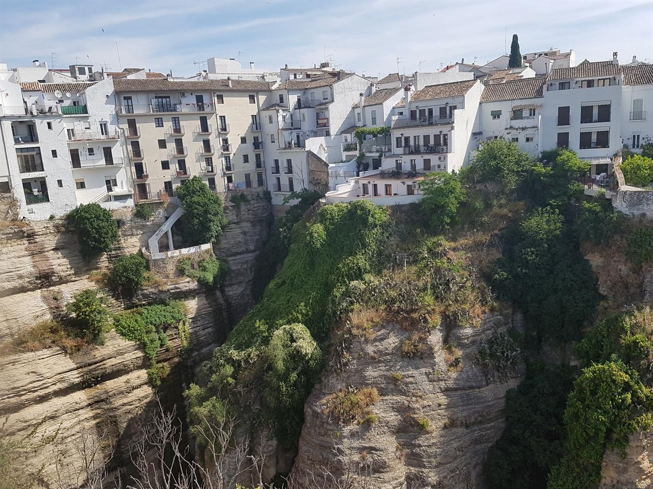 절벽 위에 펼쳐진 하얀 집들이 있는 론다. 아름다운 풍경을 간직한 마을입니다.