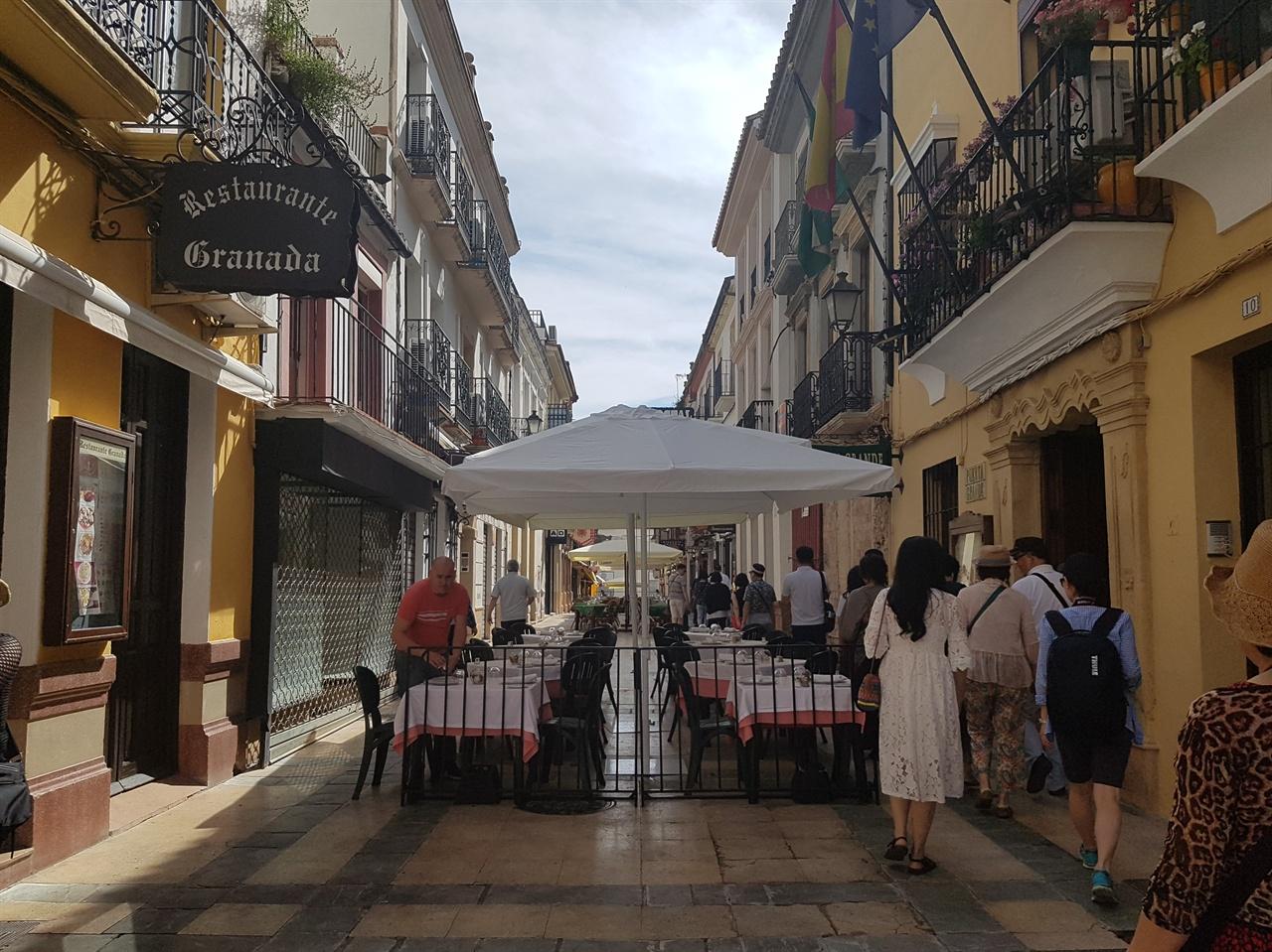론다 시가지 모습. 거리에는 야외 카페와 음식점이 손님들을 부릅니다.
