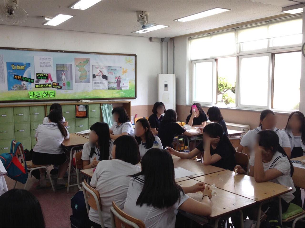 진로교육의 사각지대 학생들이 진로교육 강사의 설명을 듣는 중, 오른쪽 상단의 학생들이 다른 행동을 하는 것을 볼 수 있다.