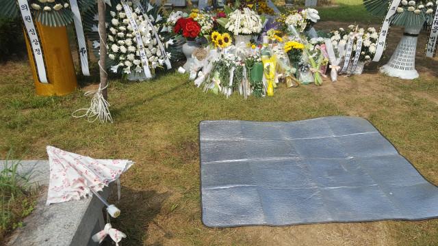 돗자리가 깔린 옆으로 꽃무니 양산이 놓여 있다. 누군가 놓아두고 간것일까요?