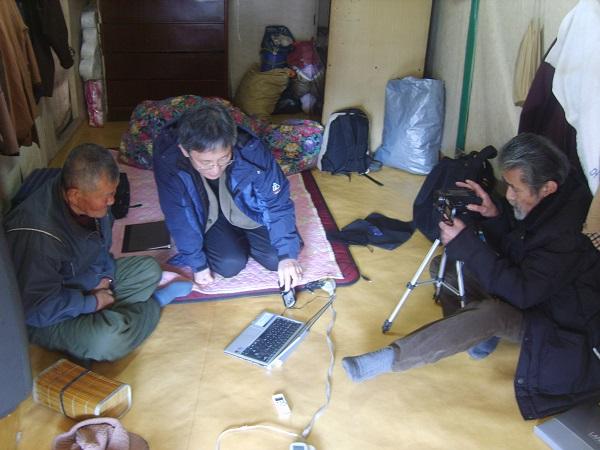 2011년 1월 전남 순천에 사는 군함도 강제동원 생존자 박준구 할아버지를 만나 증언을 듣고 사진을 촬영하는 다카자네 씨.