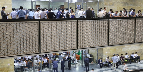 20대 후반기 국회가 정상화되며 각 상임위가 활동에 들어간 지난 7월 25일 오전, 국회 본청 복도가 관계기관 관계자들로 붐비고 있다.