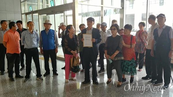 광복회대전지부 회원 20여명이 8일 오전 대전지방보훈청을 찾아가 광복회대전지부의 인사특혜 및 편법운영의혹에 대한 관리감독을 요구하는 요구서를 전달했다.