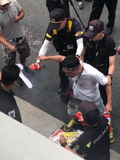 '애국문화협회'라는 단체가 8일 오후 1시 서울 마포구 군인권센터 사무실에서 기자회견을 열어 임태훈 군인권센터 소장의 이름이 적힌 피켓을 불태우는 등 소동을 벌였다.