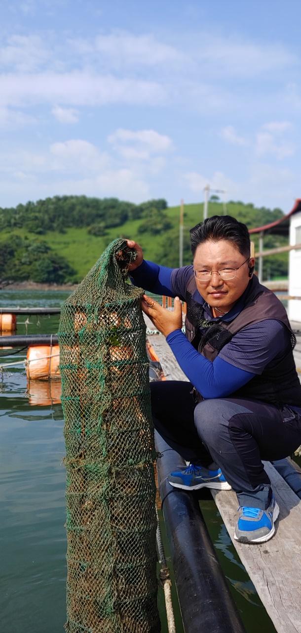 월호도 어촌계장 윤도인(39세)씨가 자신이 키우는 가리비 양식장을 설명하고 있다