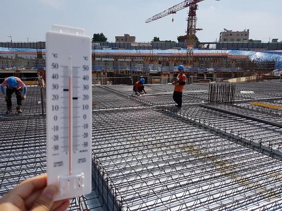 지난 2일 경기도 수원시 권선구의 한 공사현장에서 일하는 건설노동자들. 온도계가 섭씨 40도를 가리키고 있다.