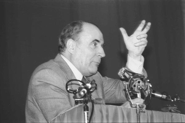 연설하고 있는 프랑수아 미테랑(Francois Mitterrand) 프랑스 전 대통령의 모습.