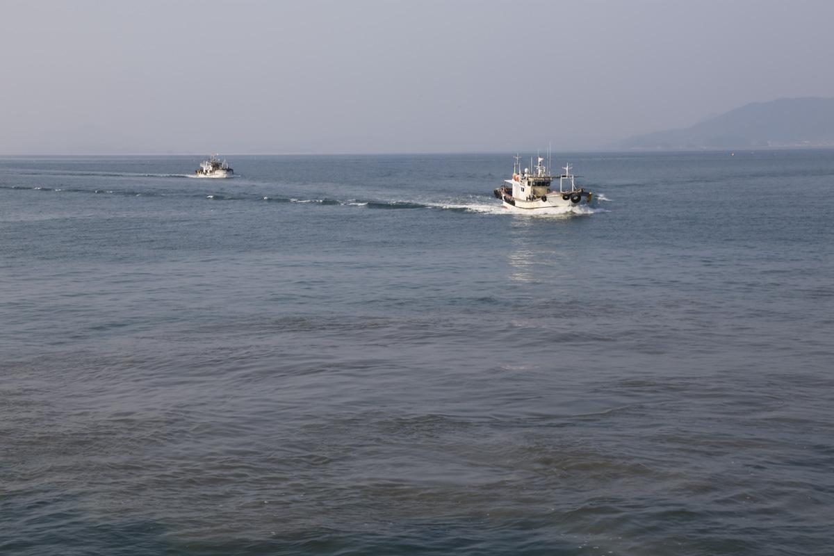드넓은 바다에 어선 두 척이 나란히 지나며 그물을 드리우고 있다. 여수 하화도로 가는 바다에서 만난 풍경이다.