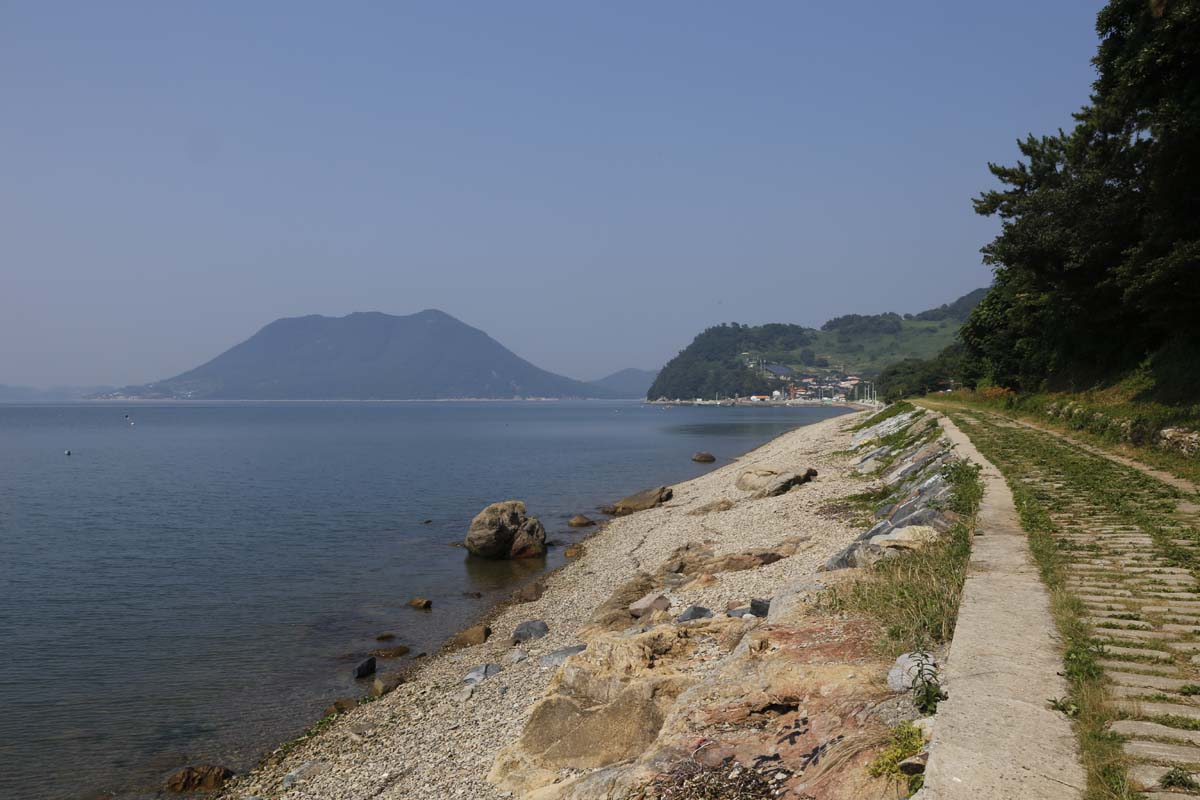 하화도 꽃섬길. 마을이 들어선 선착장에서 몽돌해변을 이어주는 길이다.