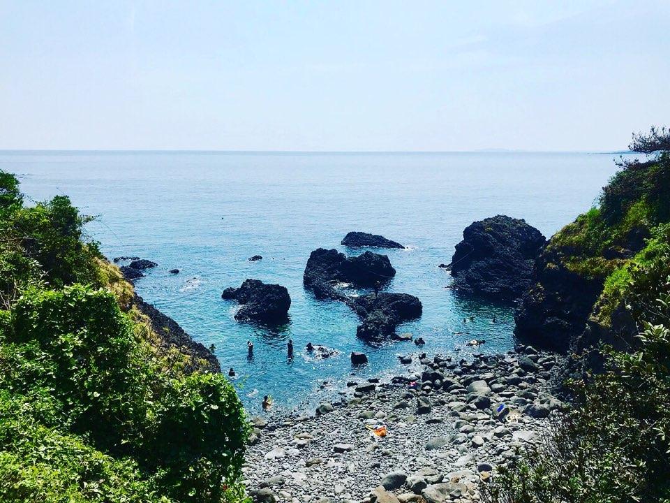 서귀포 동해물 스노쿨링하기 좋은 작은 바다, 몇몇 도민들과 여행객들이 스노쿨링을 즐기고 있다.