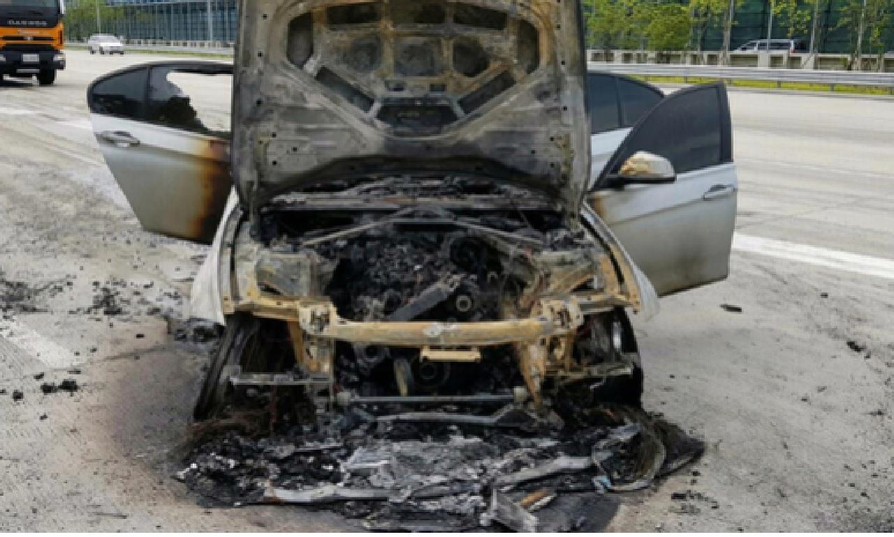 고속도로를 달리던 BMW 차량에서 불이 나 출동한 소방관에 의해 꺼졌다.