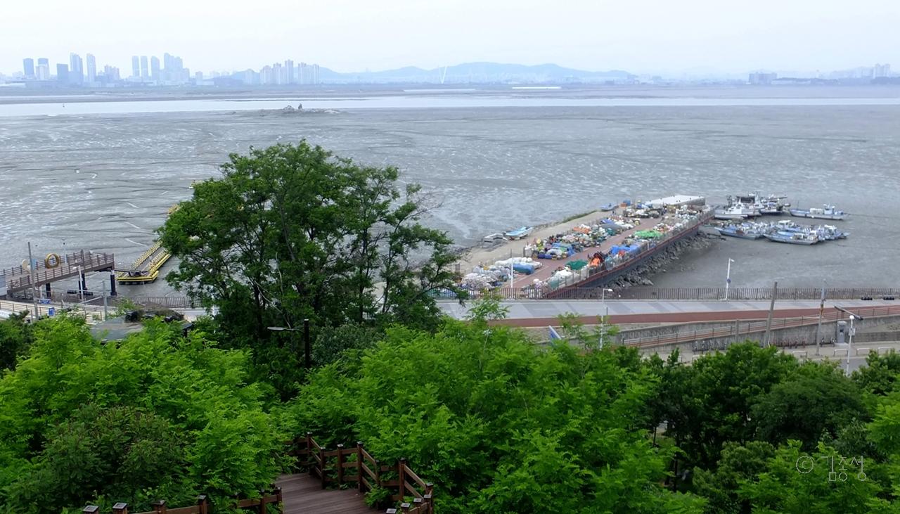 오이도 앞바다가 훤히 보이는 선사유적공원 전망대.