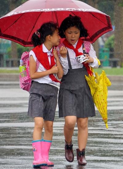 우산을 쓰고 가는 소녀들 우산을 쓰고 가는 소녀들