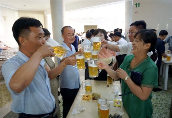 대동강 맥주 평양에서 대동강 맥주를 마시는 사람들
