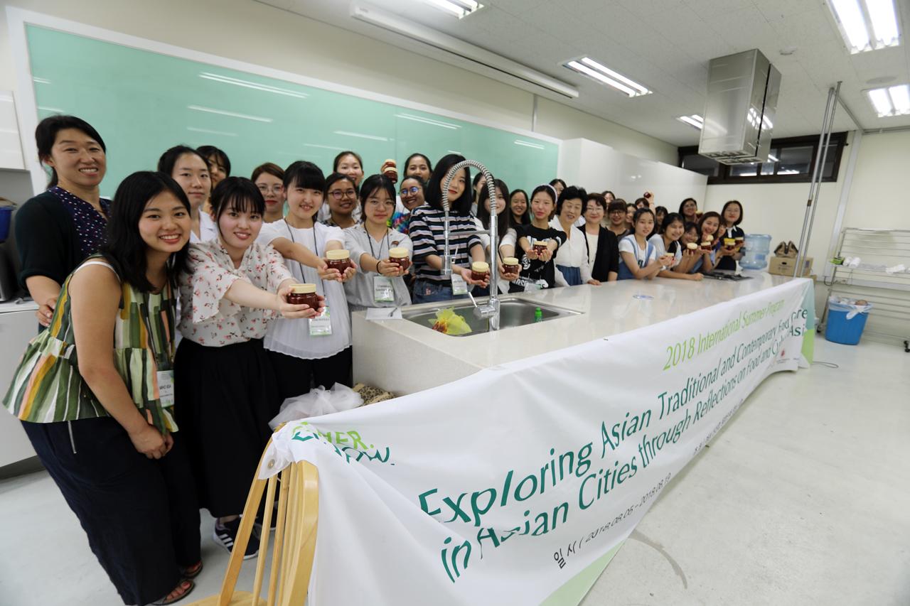 EAT(East Asian Tales of Food)프로그램  음식문화를 통한 아시아학생들의 국제교류를 위해 이화여자대학교 식품영양학과에서 주관하고 여성신산업 융합인재 양성사업에서 주최하는 프로그램이다.