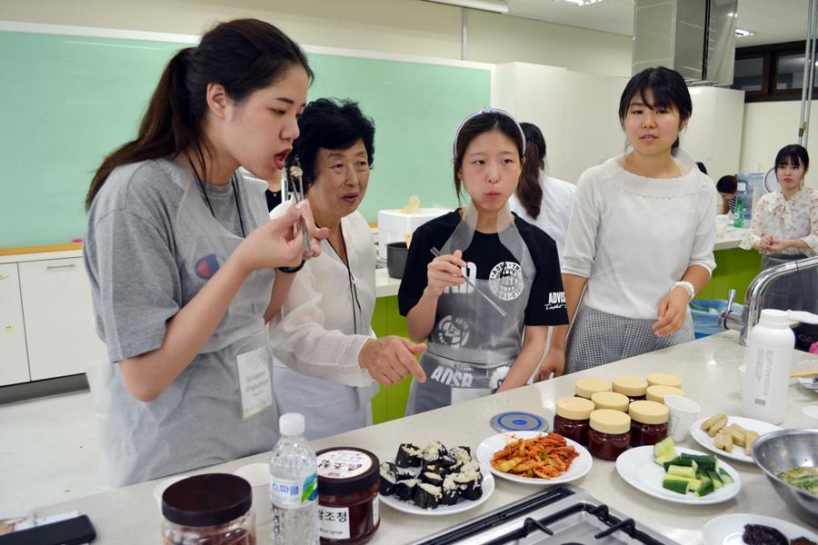 기순도 명인(대한민국 식품명인 제35호) 학생들에게 전통장을 이용해 만든 음식에 대해 설명하고 있다.