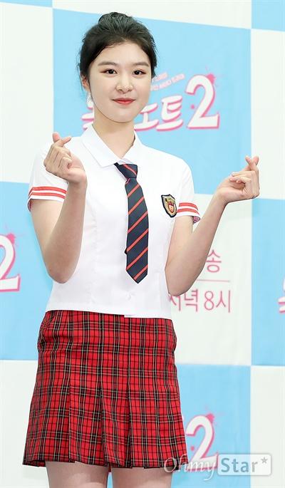 '복수노트2' 김소희, 예쁨 한가득 하트 배우 김소희가 10일 오후 서울 상암동의 한 호텔에서 열린 XtvN 하이틴 사이다 드라마 <복수노트2> 제작발표회에서 포토타임을 갖고 있다. <복수노트2>는 오지랖 넓은 초긍정 의리녀가 미스터리한 복수대행 애플리케이션 '복수노트'를 통해 억울한 일을 해결해나가며 성장하는 하이틴 사이다 드라마다. 13일 월요일 오후 8시 첫 방송.