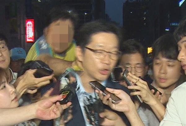 10일 새벽 서울 서초구 드루킹 특검사무실에서 두 번째 조사를 마치고 나오던 김경수 경남지사가 50대 남성에게 뒤통수를 가격당하고 있다.