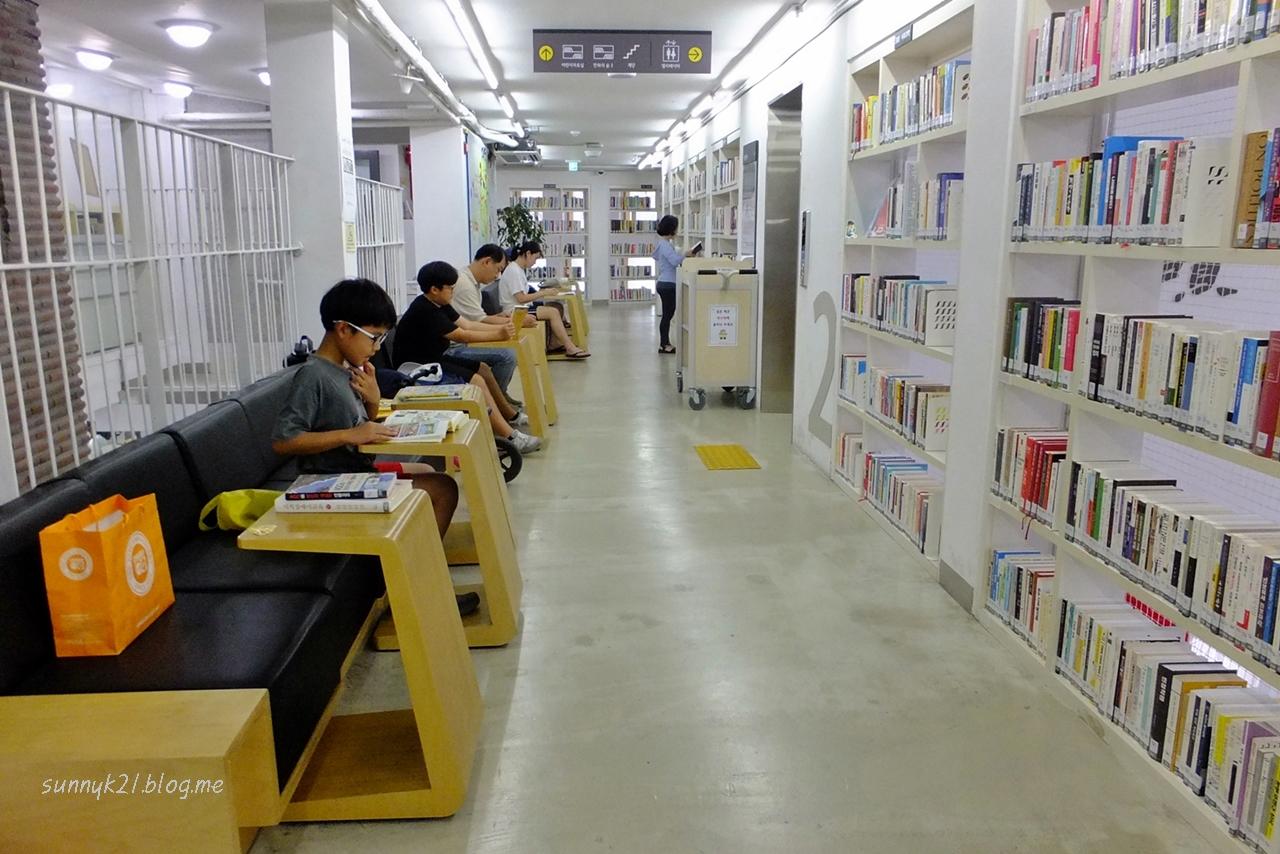열람실이 따로 없는 도서관.